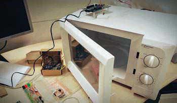 AGENTE DE INNOVACIÓN. Shahir Rahman convirtió un horno de microondas convencional en un aparato de cocina inteligente.