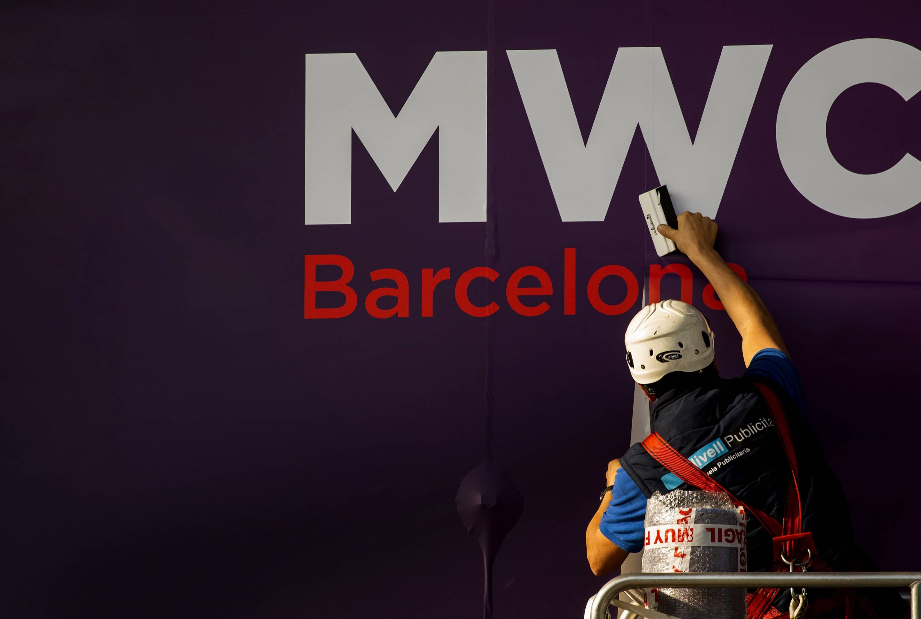 VIRUS WORRIES FORCE CANCELLATION OF MAJOR TECH SHOW IN SPAIN