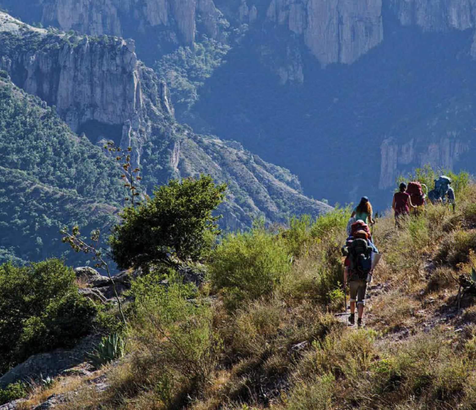 El senderismo en uno de los deportes de aventura en Chihuahua más populares.