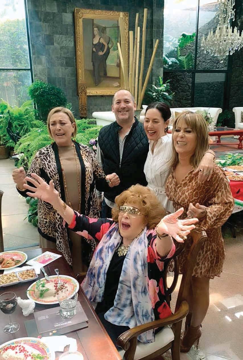 ¡No lo podían dejar pasar!... Doña Silvia Pinal cumplió 90 años y sus 3 hijos la celebraron en grande... ¡con todo y mariachi!