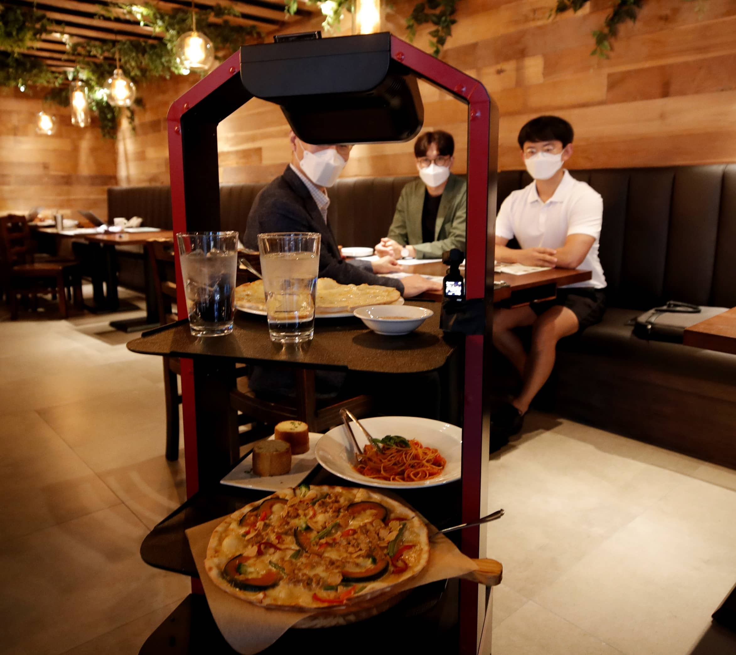AI ROBOTS SERVE RESTAURANT CUSTOMERS IN SOUTH KOREA