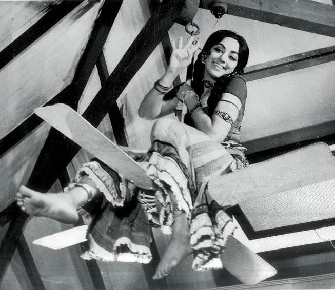 Rare On-Screen Action Of Bollywood Movies